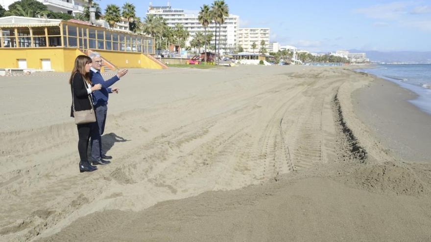 Costas aporta 22.000 metros cúbicos de arena a la playa de La Carihuela