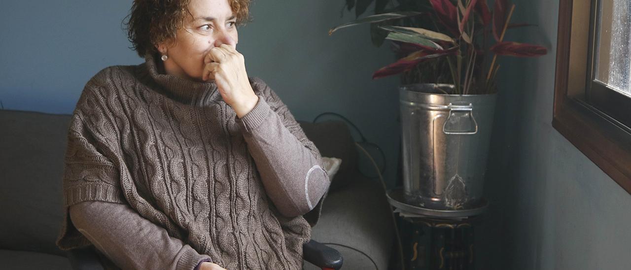 Ana Estévez en su casa de Beade, donde apenas se puede mover con un bastón