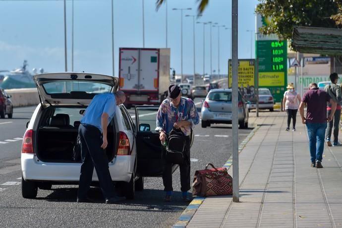 04-05-2020 LAS PALMAS DE GRAN CANARIA. Taxista y cliente, en la avenida marítima. Fotógrafo: Andrés Cruz    04/05/2020   Fotógrafo: Andrés Cruz