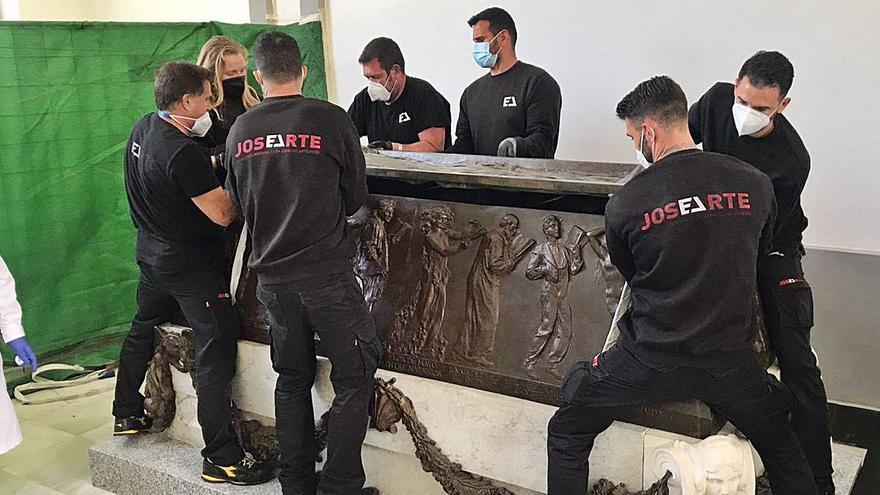 El sarcófago de B. Ibáñez llega al cementerio