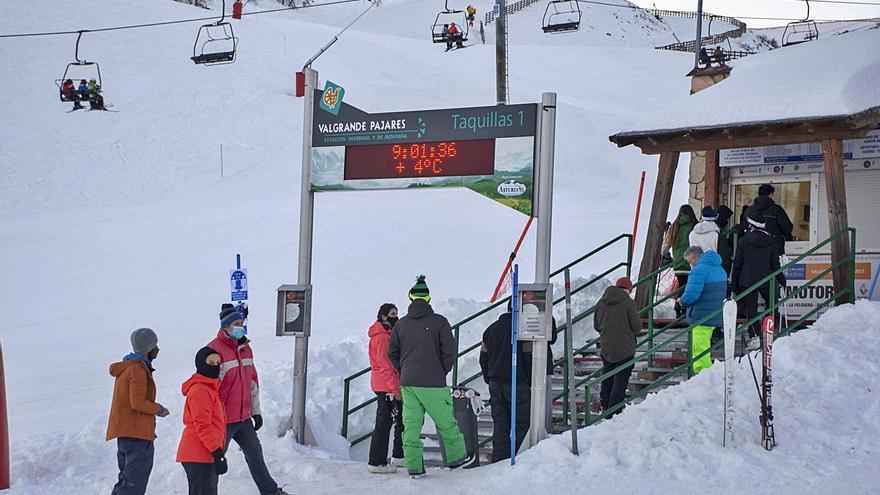 Al menos treinta conductores de otras comunidades, multados en Pajares al querer ir a esquiar