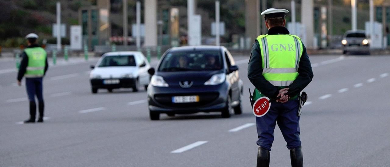Control de tráfico en Portugal de la Guardia Nacional Republicana (GNR).