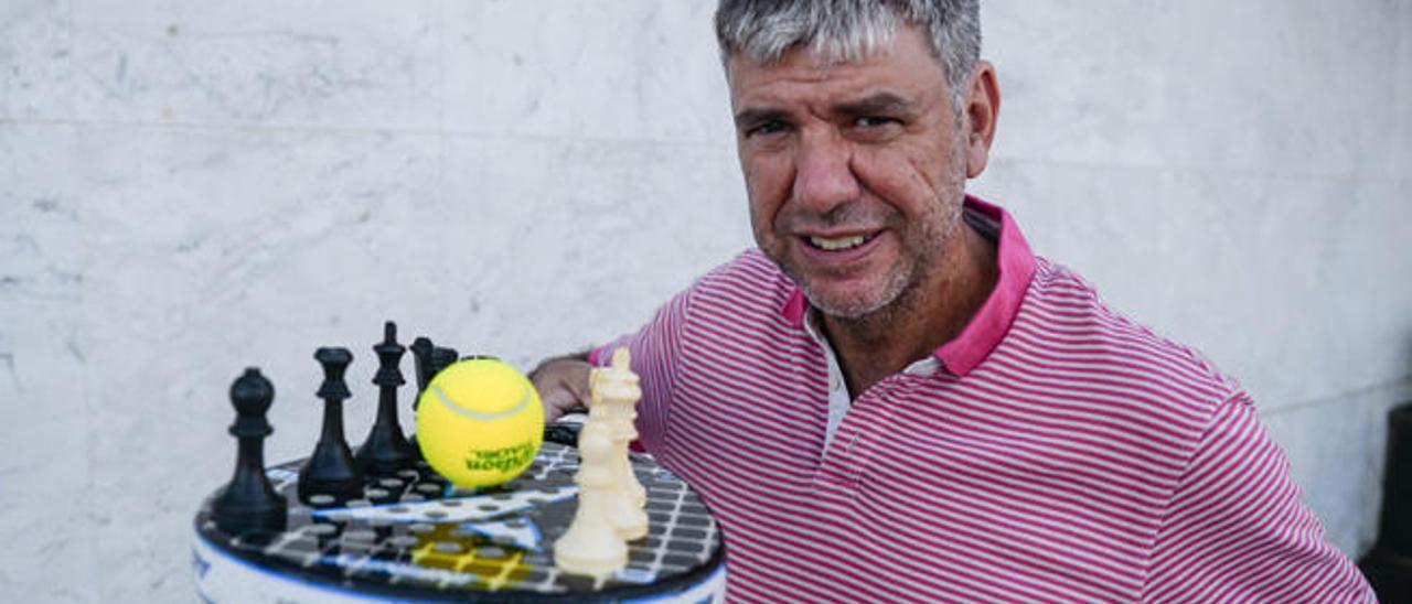 Antonio Rodríguez con una pala de padel y piezas de ajedrez.