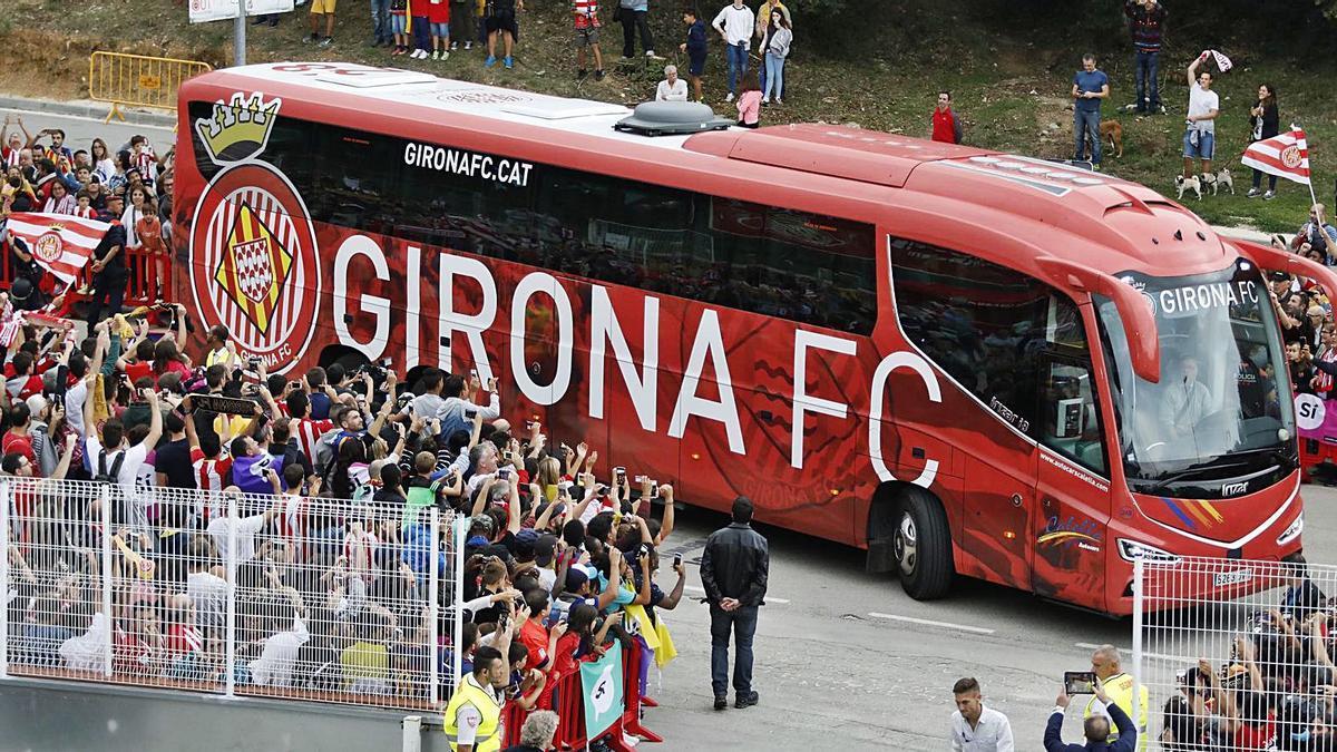 L'afició del Girona rep l'autobús de l'equip en un partit contra el Barça a la Primera Divisió.    ANIOL RESCLOSA