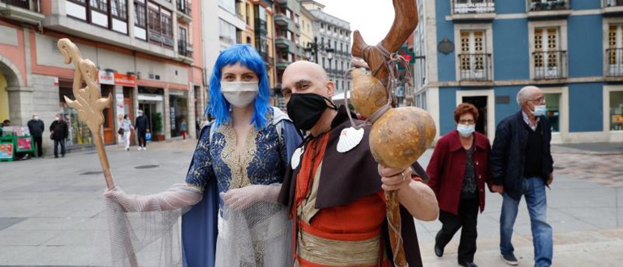 Pablo Riestra y Anna Bujnowska con sus llamativos atuendos en El Parche y bajo estas líneas, junto ala calle La Fruta.