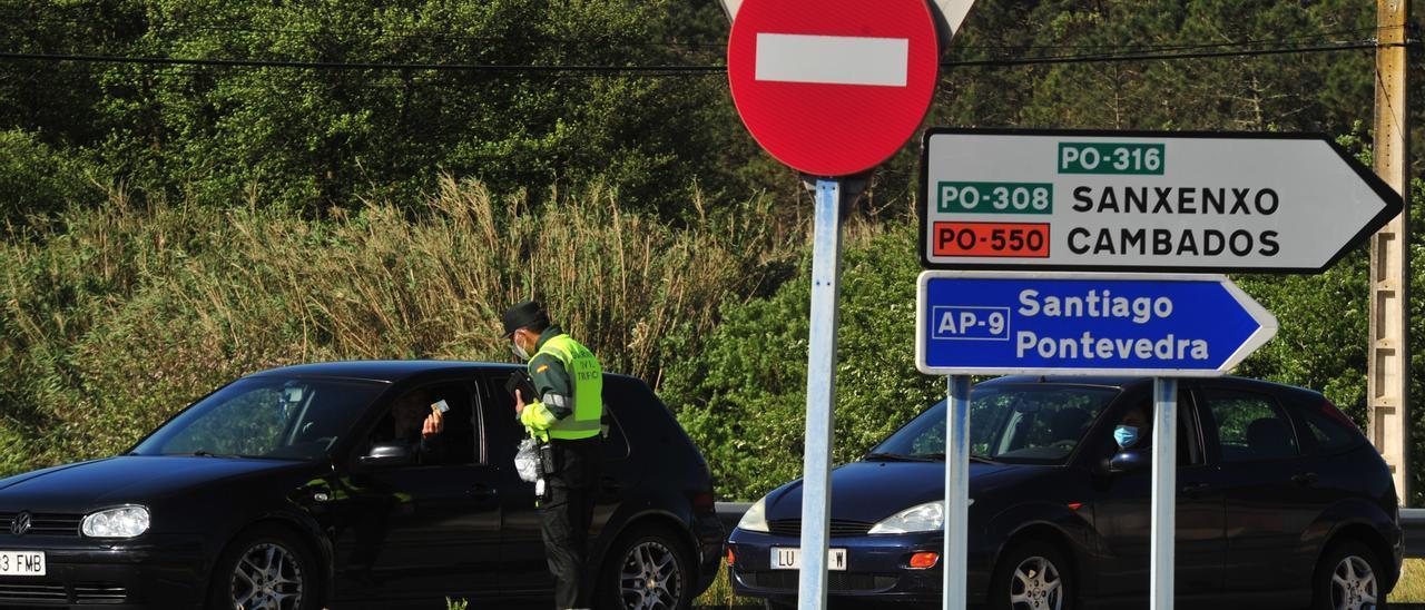 Control de la Guardia Civil de Tráfico en una carretera de O Salnés. / Iñaki Abella