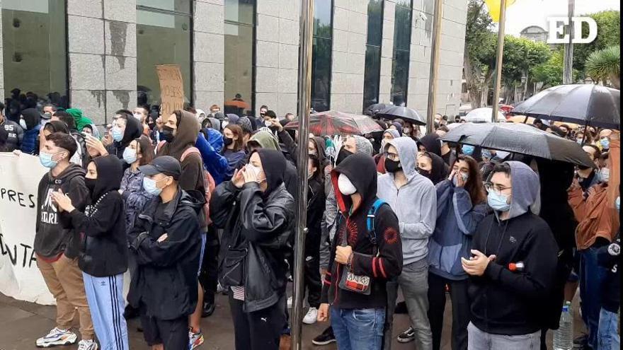 Congregación frente a los juzgados de La Laguna de estudiantes de la ULL en apoyo a los dos jóvenes detenidos