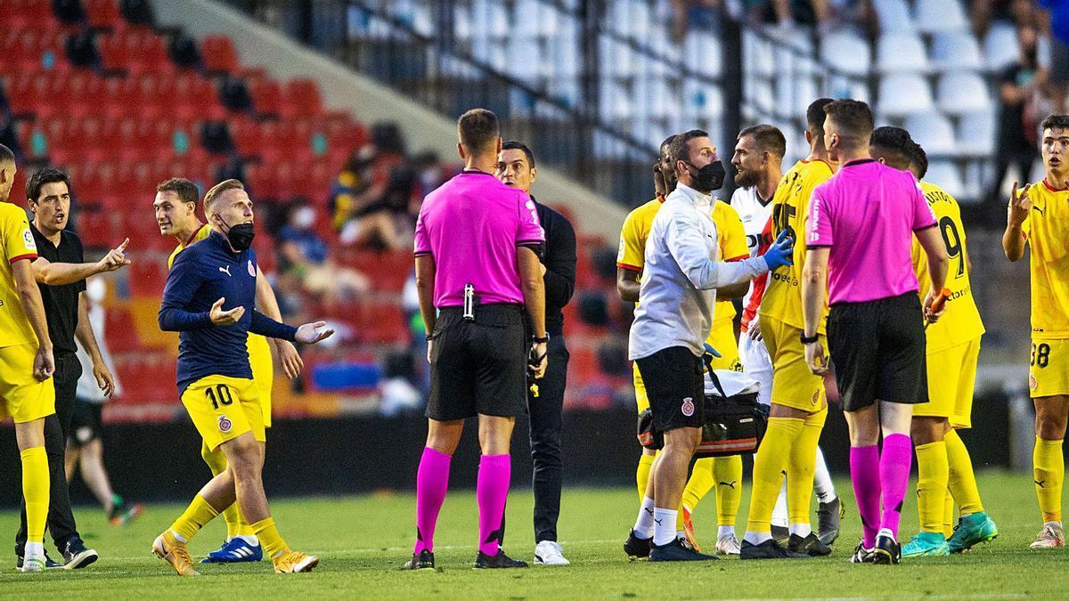 Francisco i els jugadors del Girona protestant a Pulido Santana al final de la primera part després del gol anul·lat a Bustos.   LOF