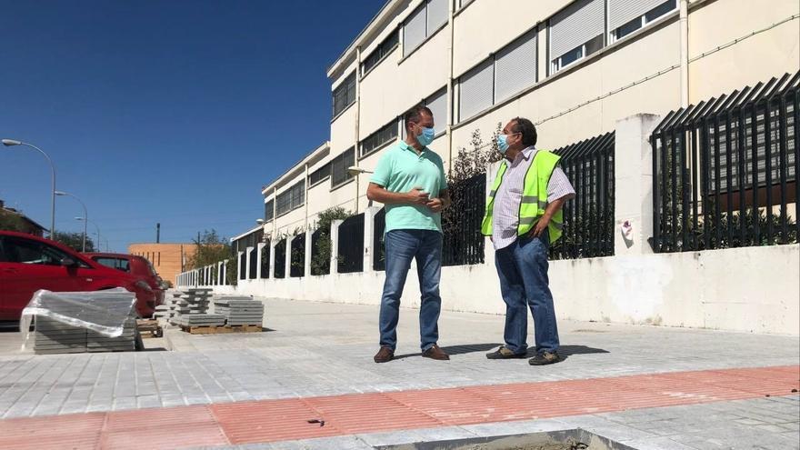 Avanzan las obras de remodelación de la calle Sierra Grazalema, en el barrio de Las Palmeras