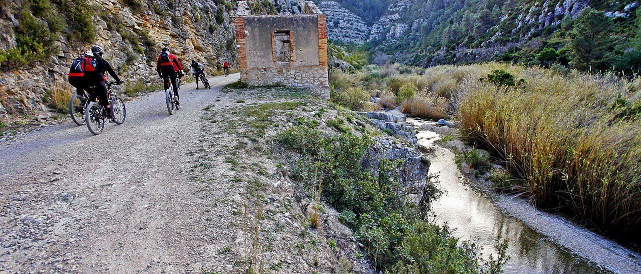 Uno de los tramos incluidos en el proyecto de la futura Vía Verde del Serpis, entre los municipios de Villalonga y l'Orxa.   JUANI RUZ