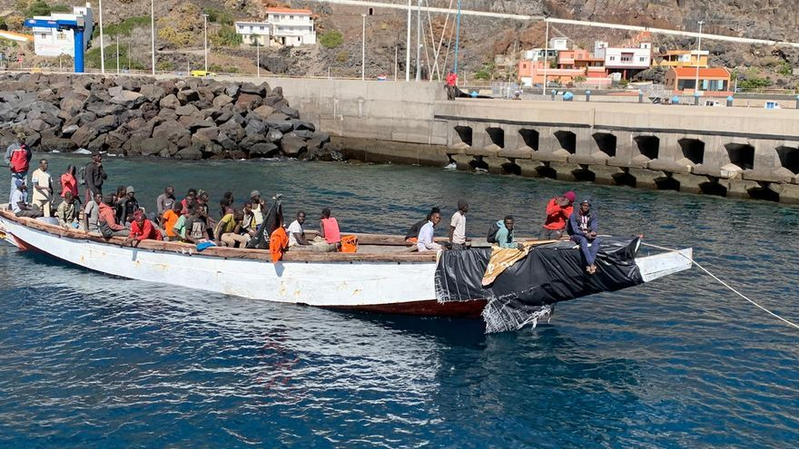 Cruz Roja remolca hasta El Hierro a una treintena de ocupantes de un cayuco
