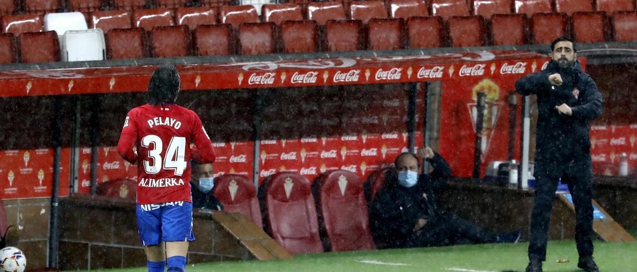 David Gallego, en la banda de El Molinón, da instrucciones a sus jugadores en el partido ante el Albacete