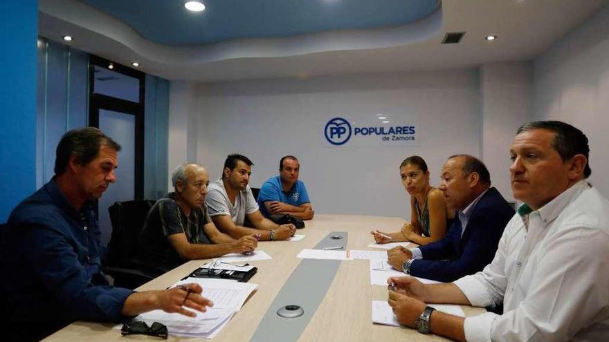Representantes de los colectivos afectados durante la reunión mantenida con el PP.