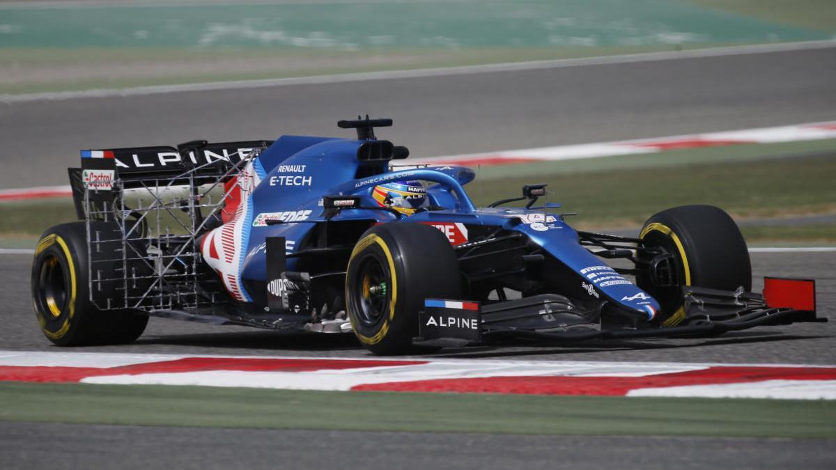 Fernando Alonso rueda con su Alpine en Sakhir.
