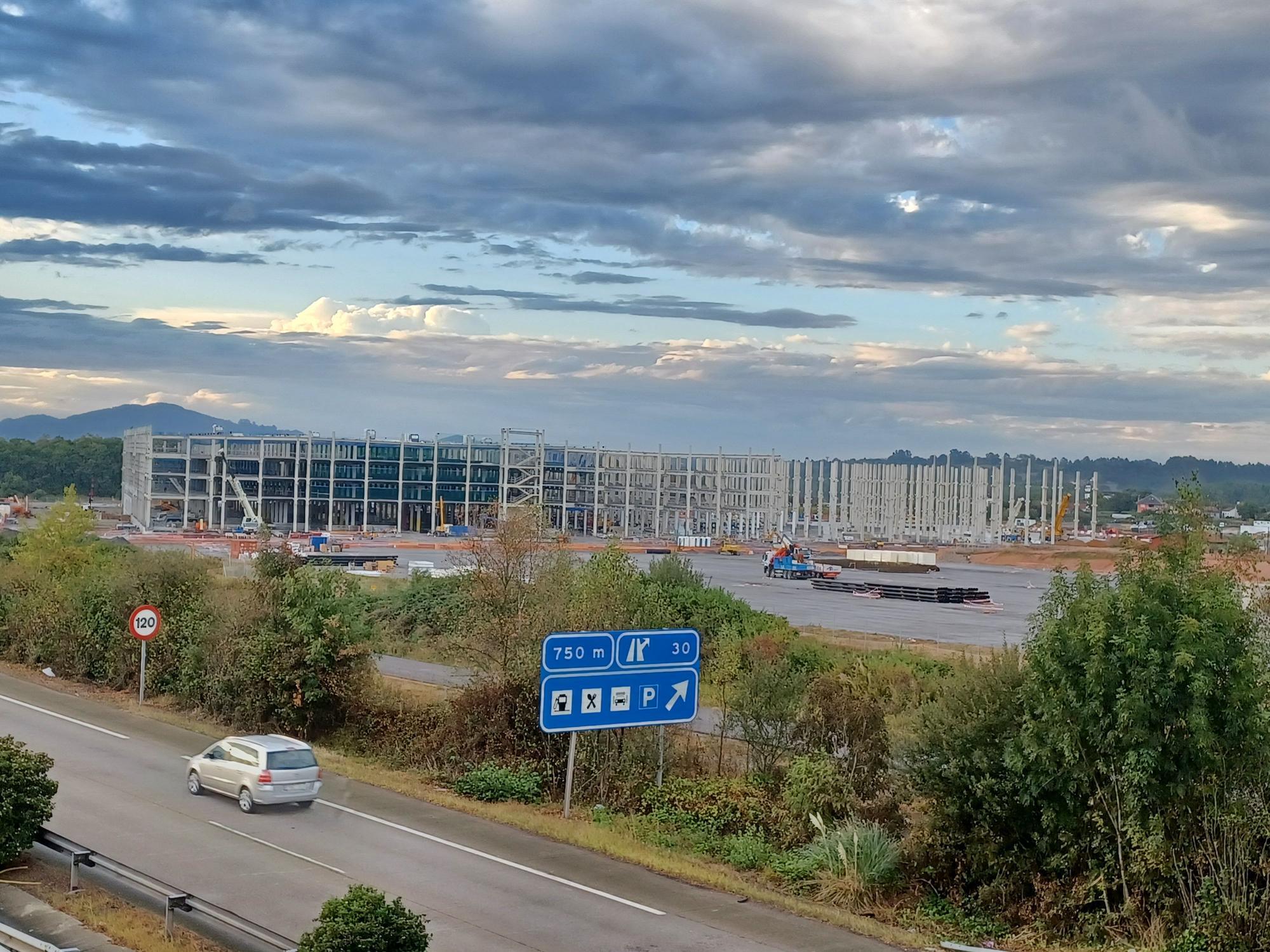 Amazon apura el montaje de su gran nave de Siero