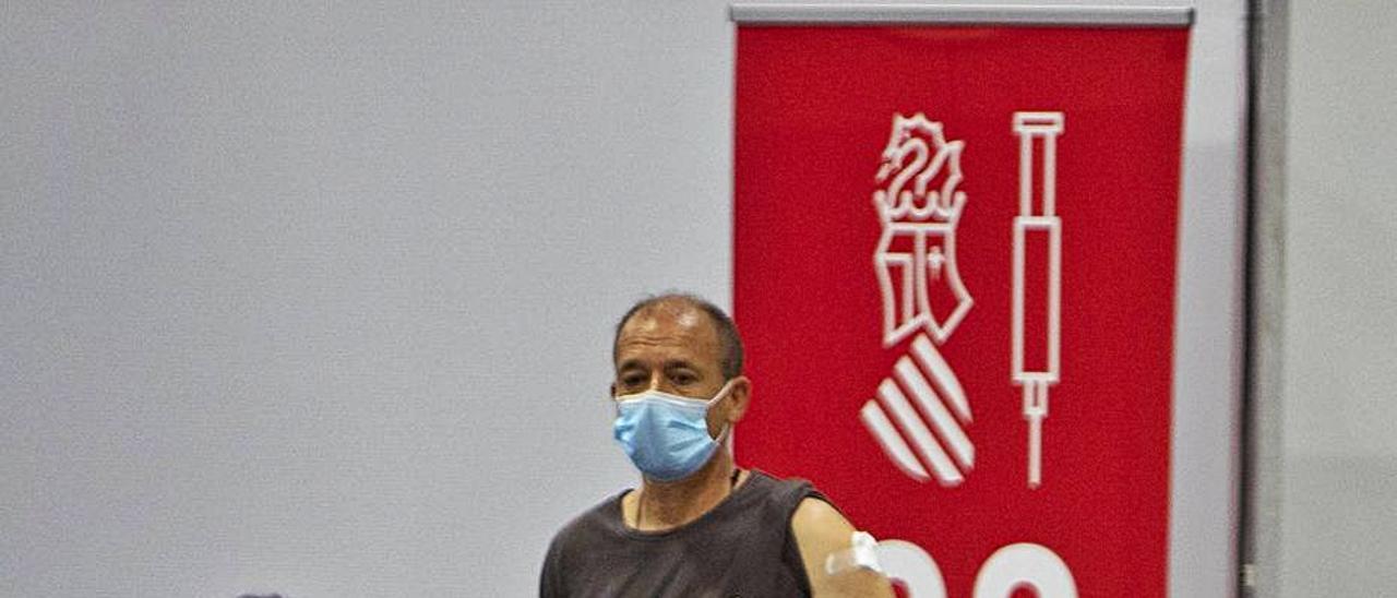 Un usuario tras ser vacunado en el Francisco Ballester   PERALES IBORRA