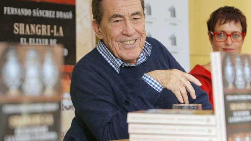 La eterna juventud del escritor Sánchez Dragó en Santiago