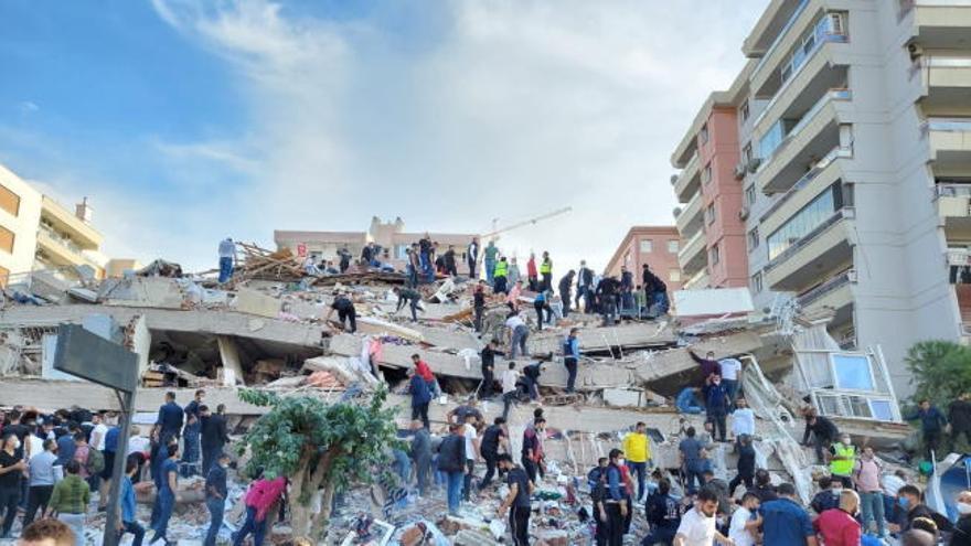 Al menos 12 muertos y más de 400 heridos en el terremoto de Grecia y Turquía
