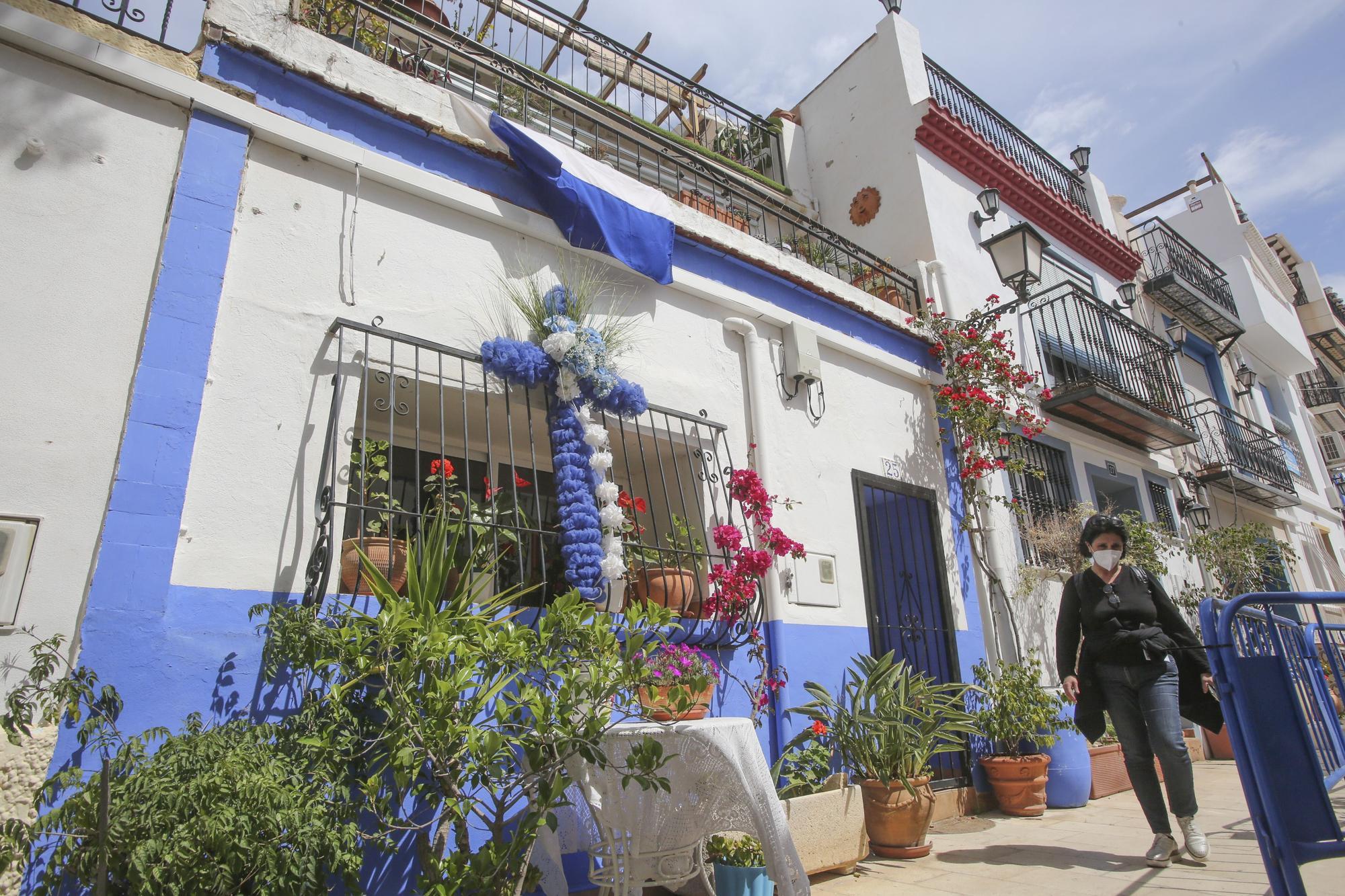 Vecinos del barrio de Santa Cruz en Alicante engalanan las calles con las tradicionales Cruces de Mayo