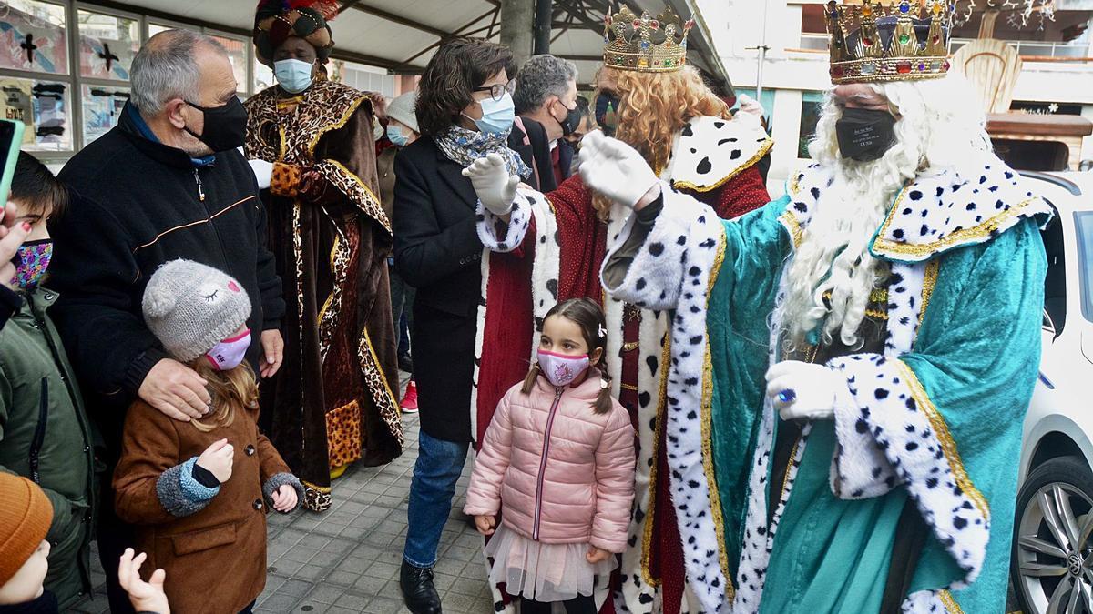 Melchor, Gaspar y Baltasar saludan a un grupo de niños en la plaza de Galicia ante de iniciar el recorrido por el municipio.   | // RAFA VÁZQUEZ