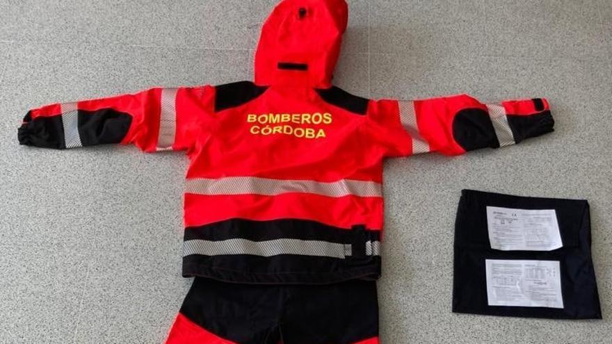 El Ayuntamiento dota a los bomberos con trajes retro-reflectantes contra la lluvia y el viento