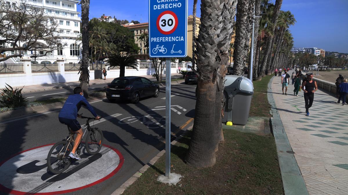 Ciclistas utilizan el carril de 30 kilómetros en la zona de La Malagueta