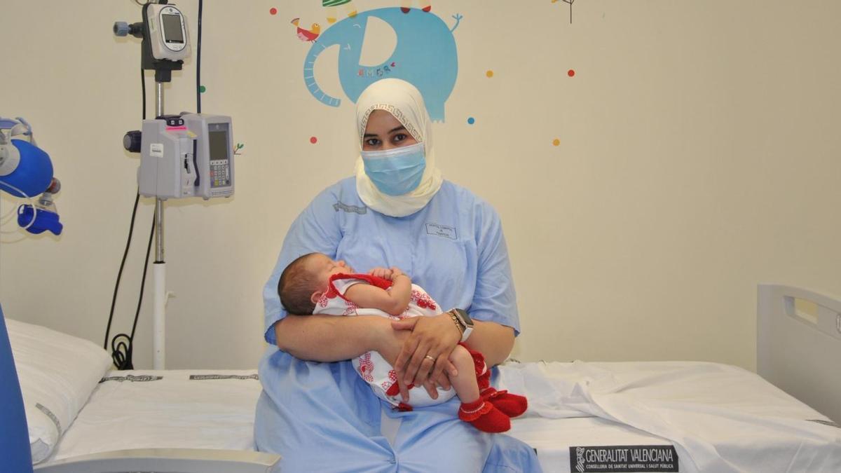 Fátima, junto a su hija Almas, nacida el pasado mes de junio.