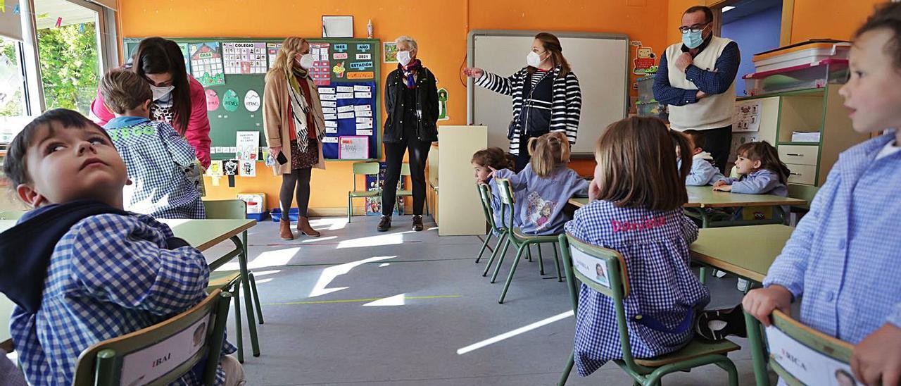 La consejera Carmen Suárez, al fondo, en el centro, ayer en una clase del colegio de La Fresneda. | Irma Collín