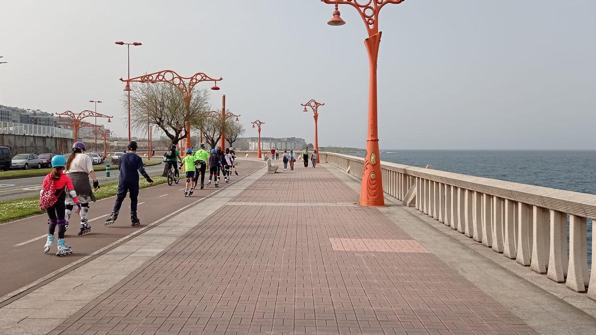 Ciudadanos practicando deporte en el paseo marítimo de A Coruña.