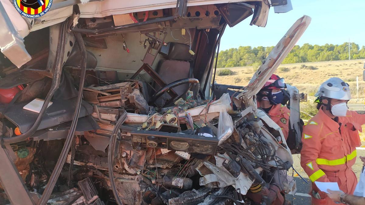 El vuelco de un camión de naranjas produce colas kilométricas en la A-7