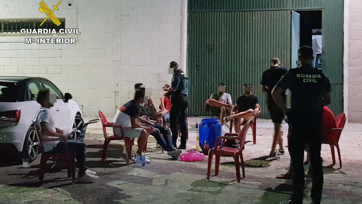 Sorprenden a once jóvenes realizando botellón sin medidas de seguridad en Cieza