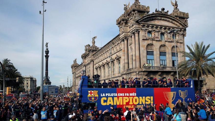Milers de persones celebren a Barcelona el doblet del Barça
