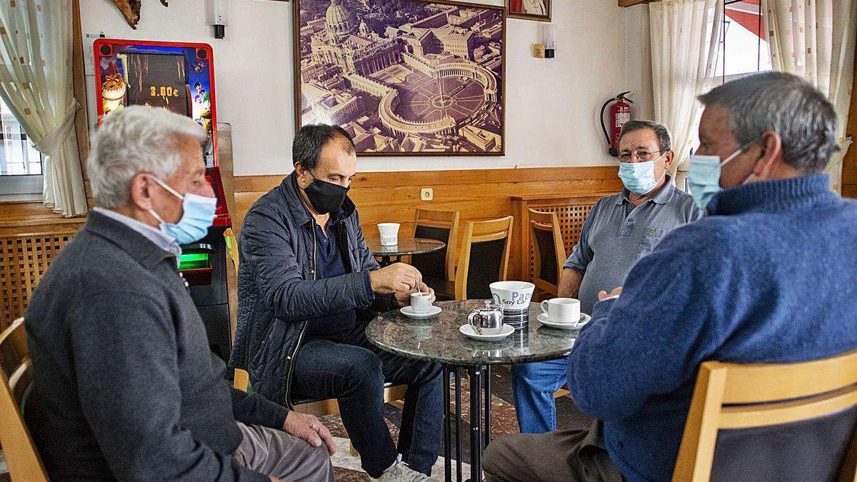 Vecinos de Cea, ayer en el bar Vaticano, en el último día antes de la restricción de reuniones.