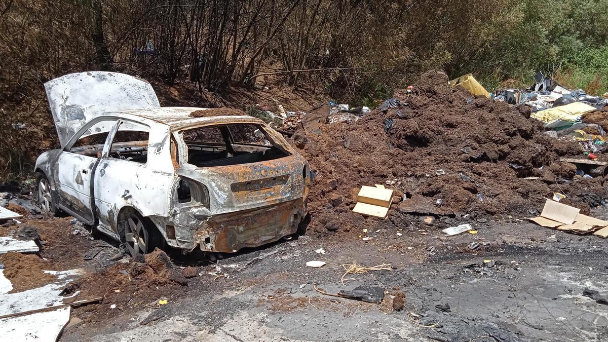 Un dels vehicles cremats entre la gran concentració deixalles a la Font de la Pólvora
