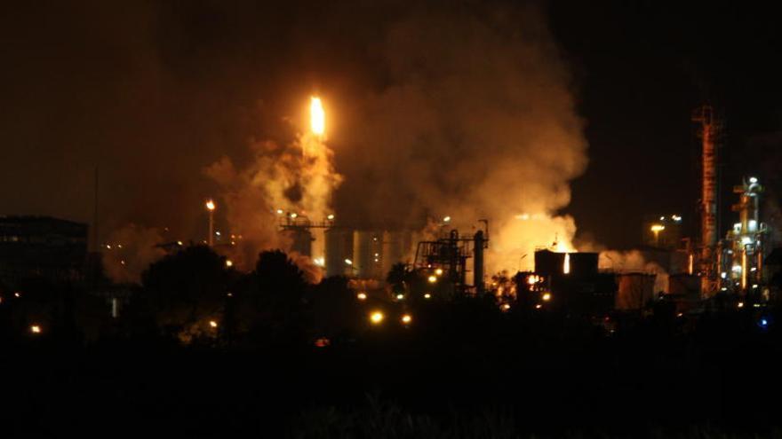 Els Bombers treballen en un altre dipòsit químic que s'ha vist afectat durant la nit