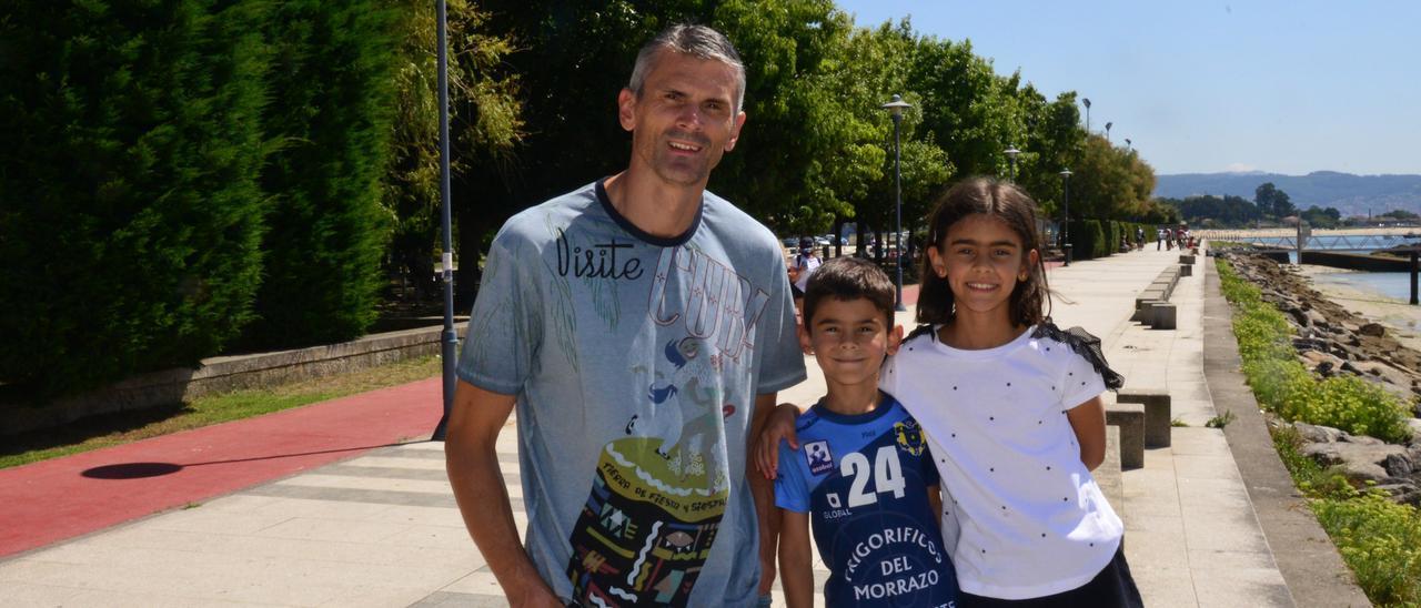 Alen Muratovic, ayer con sus hijos, en el paseo de Cangas. El pequeño viste la camiseta del Cangas con el dorsal 24 de su padre.