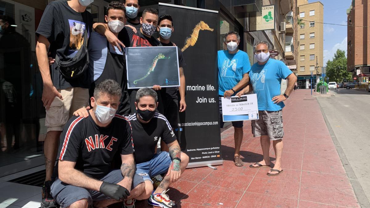 El equipo de tatuadores de Molina de Segura, junto a miembros de la Asociación Hippocampus, ayer.