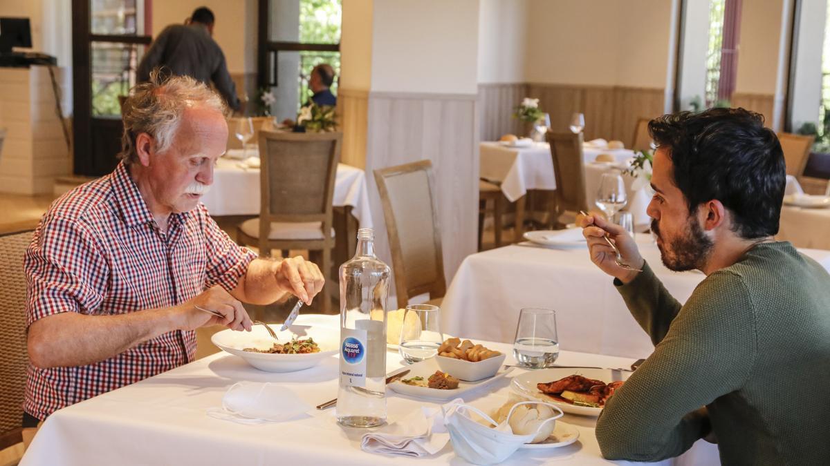 Ambiente en el salón del restaurante Albalat en Cáceres, durante el servicio de comidas de este viernes.
