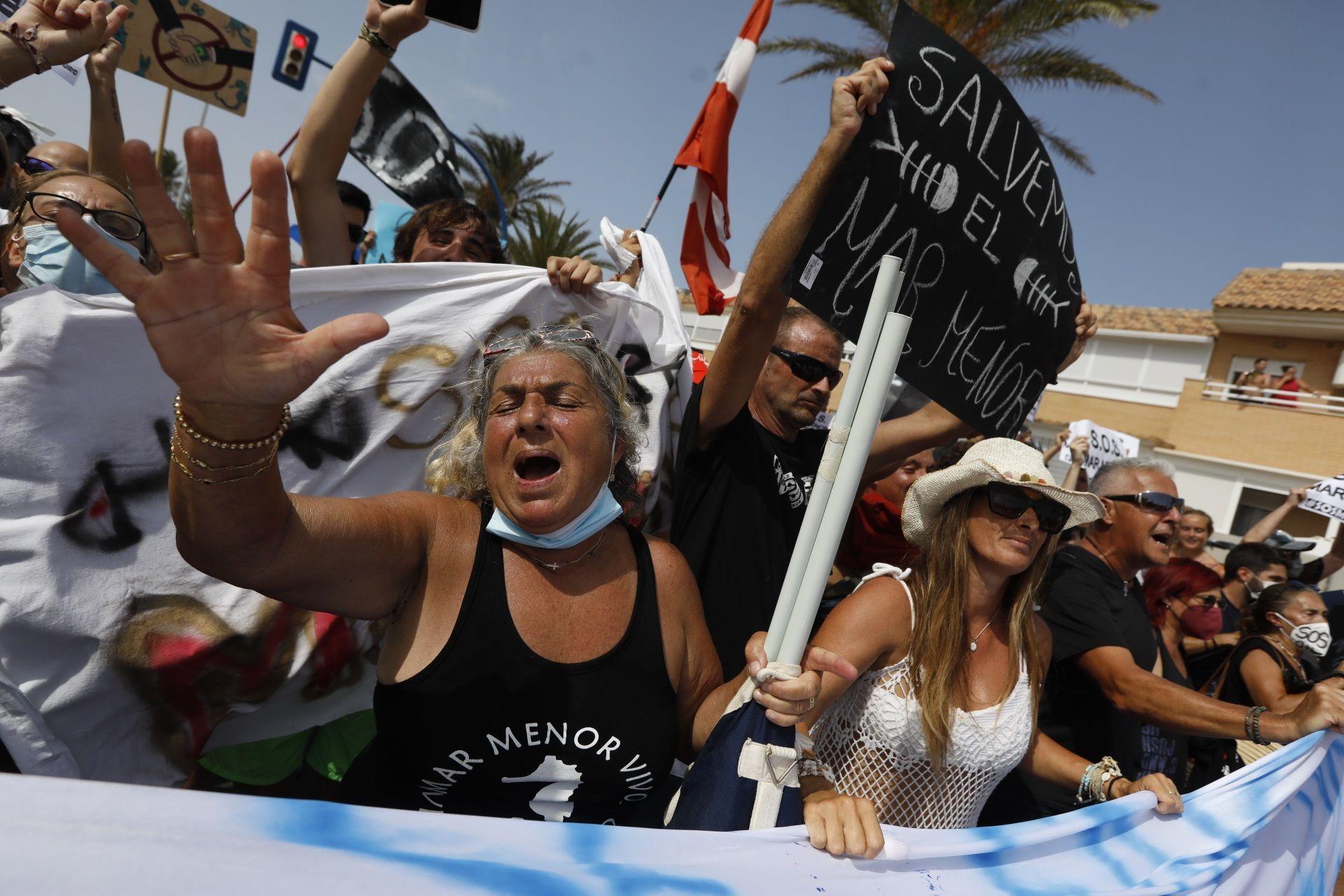 Protestas de vecinos del Mar Menor al inicio de La Manga