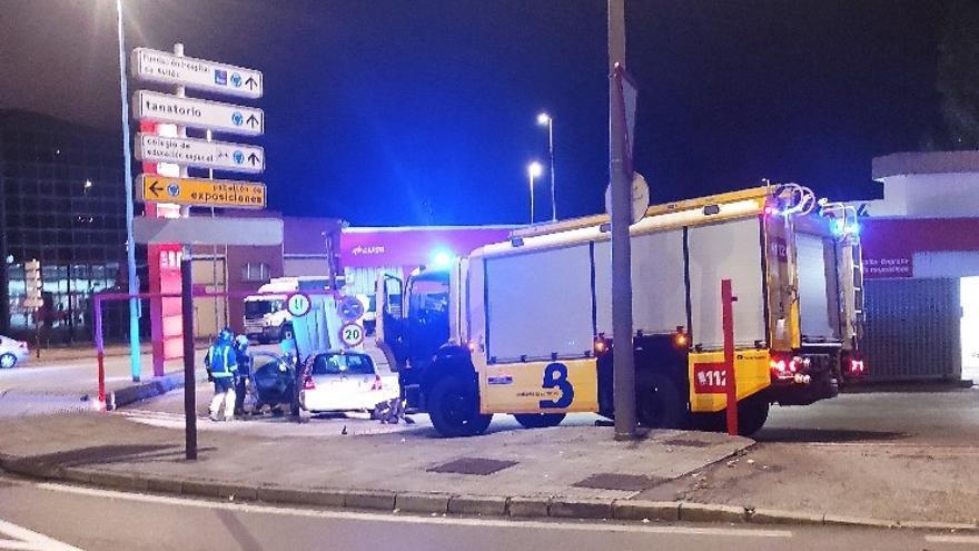 Espectacular accidente: una mujer pierde el control del coche y choca con el túnel de lavado de los Canapés