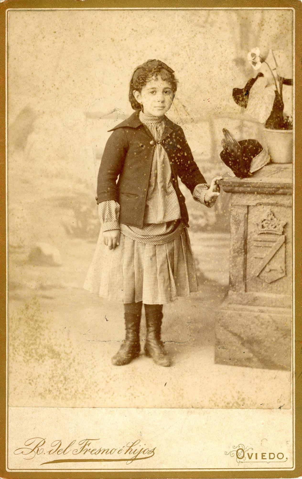 Ramón del Fresno e hijos (Oviedo). Retrato de estudio de una nila, h. 1880 | Donación Jesús Laureano García