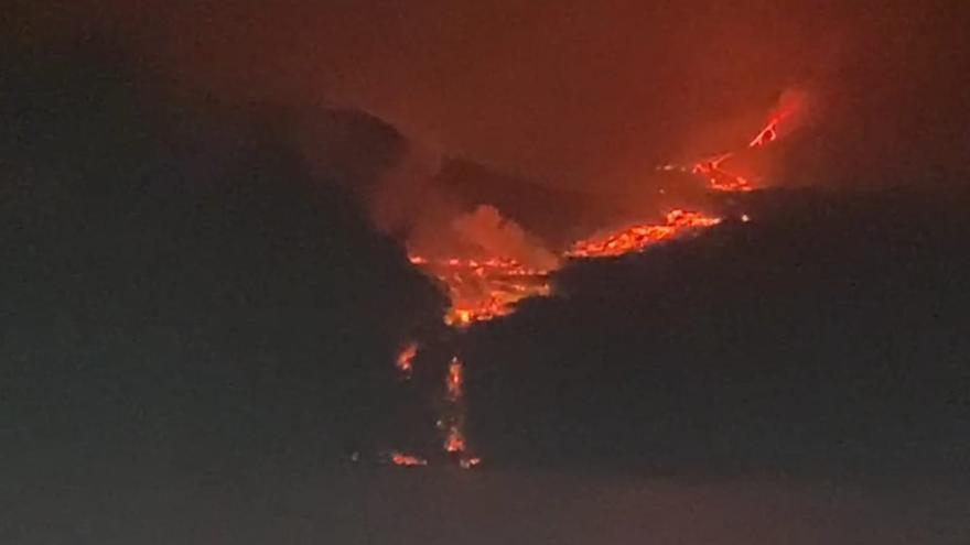 La lava de la erupción del volcán de La Palma comienza a caer al mar