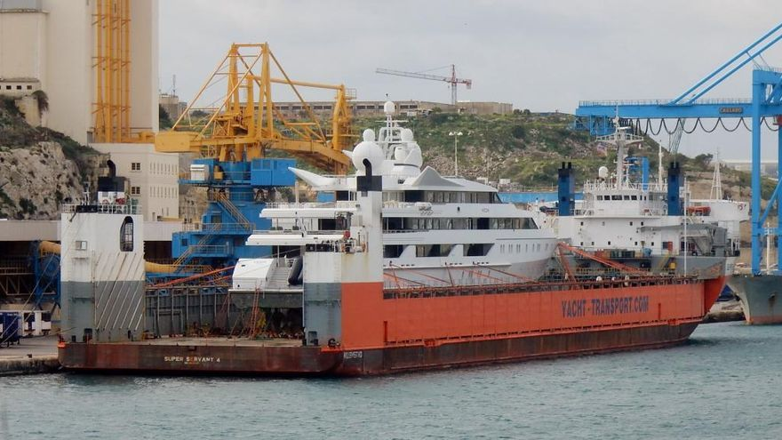 El buque que transporta megayates, el Super Servant 4, atraca en Cartagena