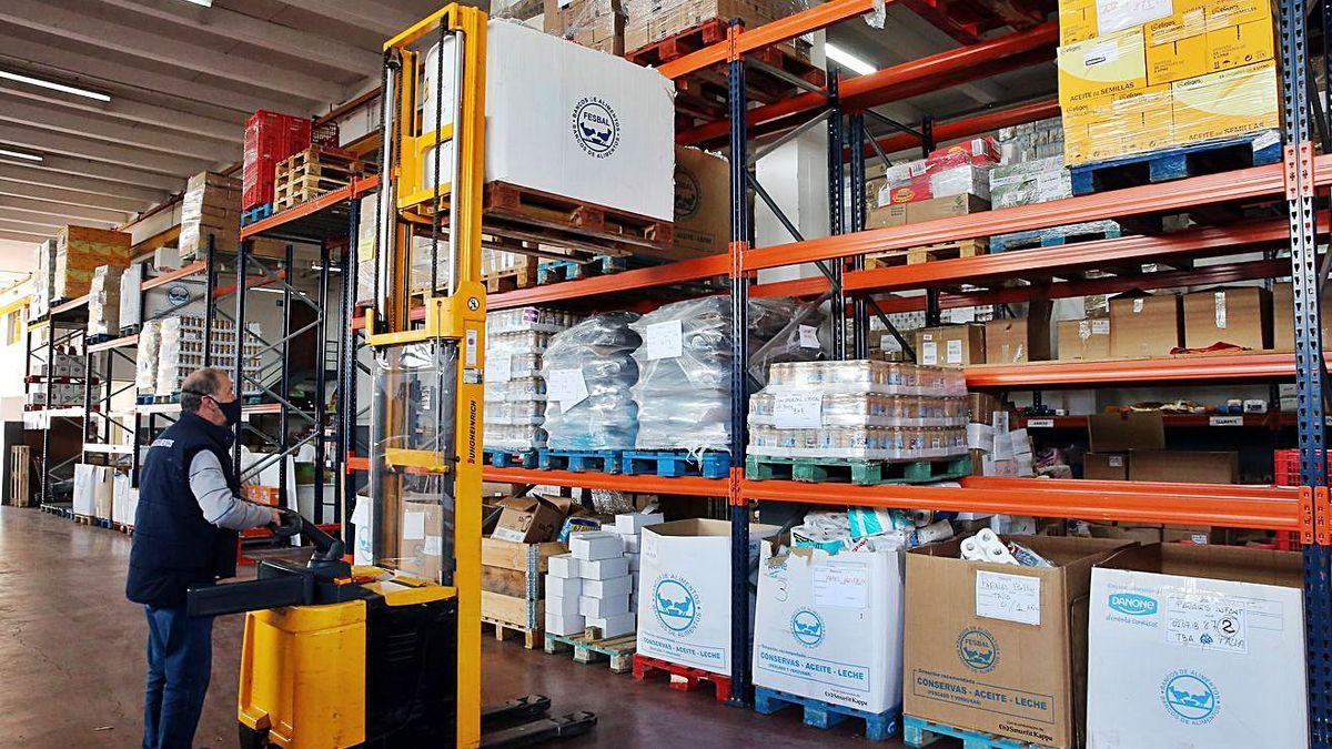Personal del Banco de Alimentos almacena donaciones.   | // FDV