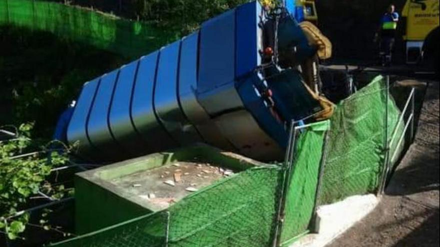 Un camión de basura se sale de la calzada y cae en una finca de Valleseco