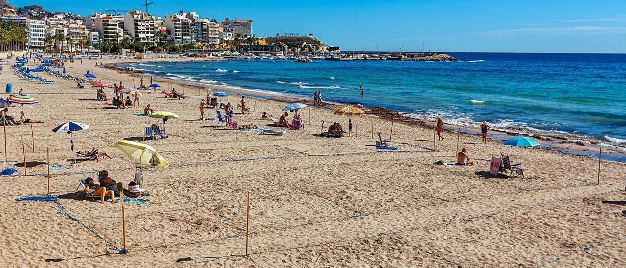 Playas vacías en Benidorm, buque insignia del turismo en la Marina Baixa, donde se han producido más cierres de empresas.