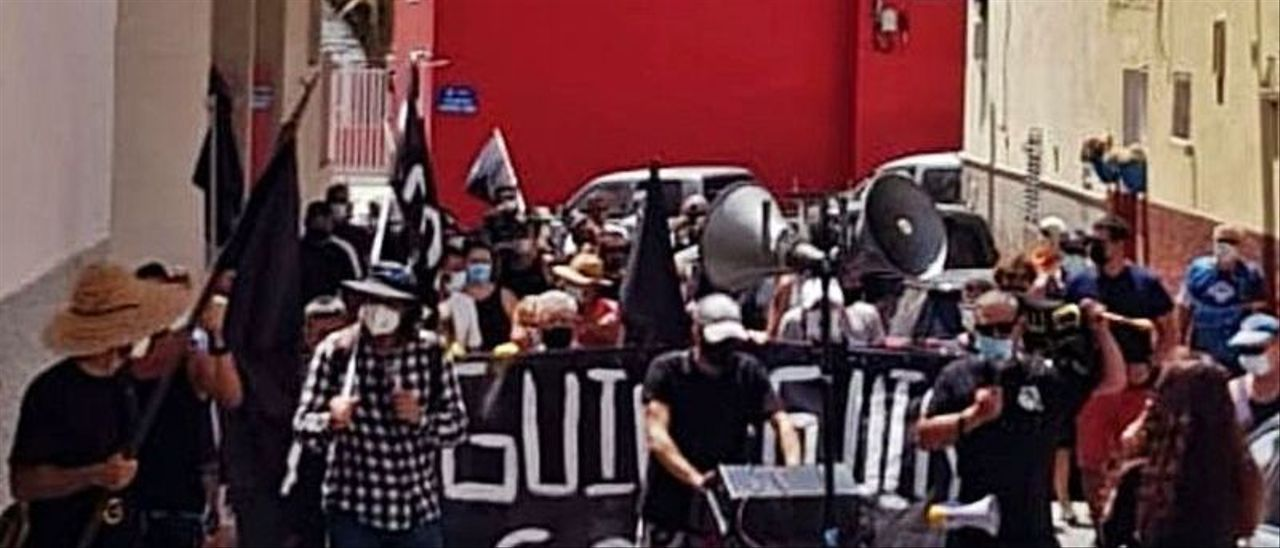 Los manifestantes, ayer, por las calles del pueblo marinero de Arguineguín.