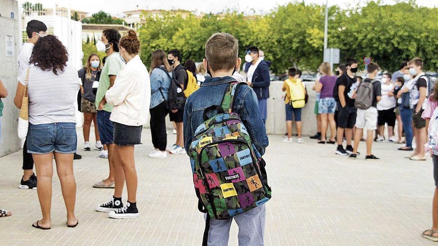¿Qué se entiende por 'contacto estrecho' en la escuela?