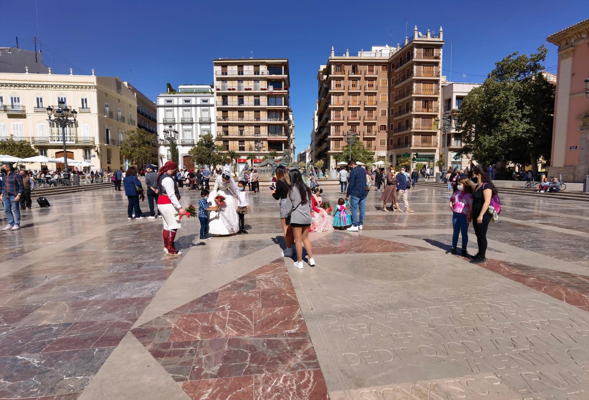 Largas colas sin apenas distancia para ver a la Virgen en València
