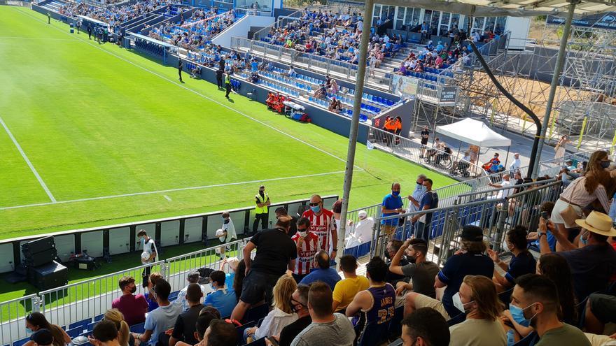 El derbi asturiano... en Ibiza: dos aficionados vieron el choque del Oviedo con camisetas del Sporting